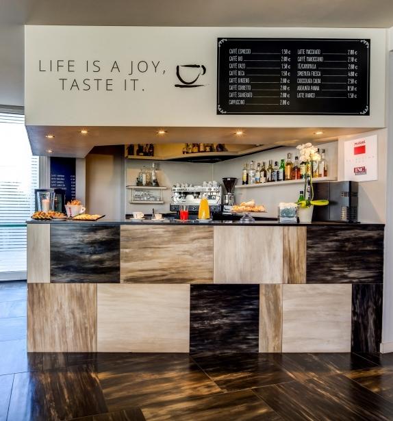 All'interno dell'Hotel Farnese trovi un moderno bar