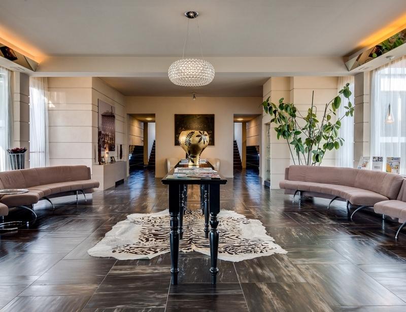 The elegant hall of the BW Plus Hotel Farnese