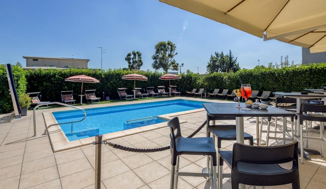 Scopri la piscina del BW Plus Hotel Farnese