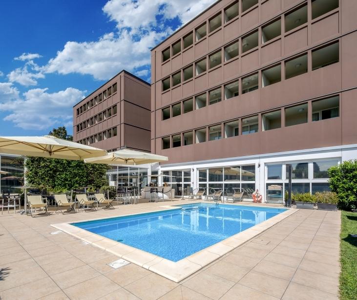 Il BW Plus Hotel Farnese propone una rilassante piscina