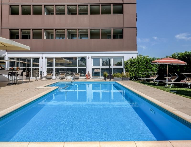 Tuffati nella piscina con idromassaggio dell'hotel