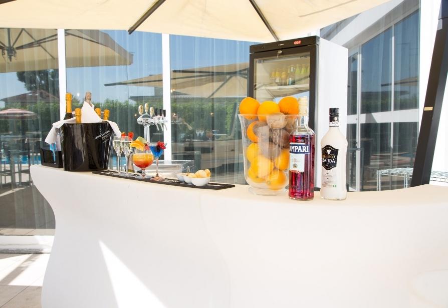 Bar e piscina esterna al BW Plus Hotel Farnese