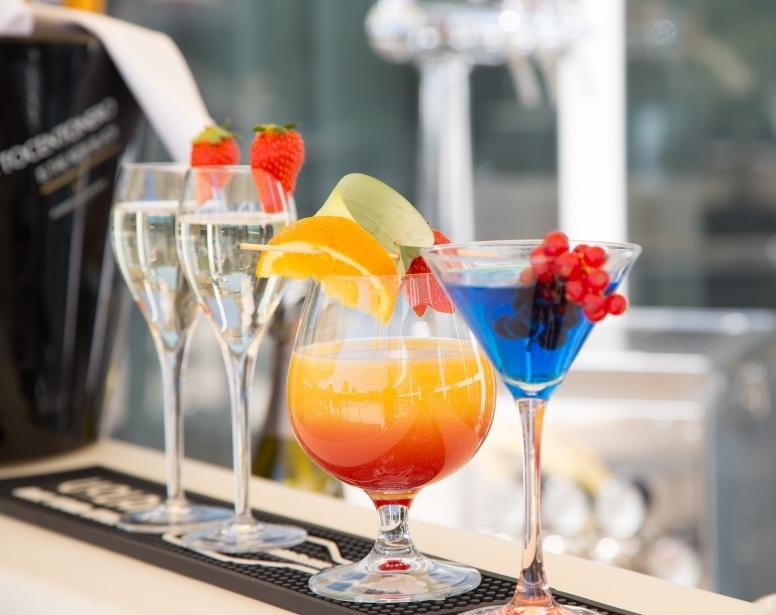 Sorseggia un drink a bordo piscina in hotel a Parma