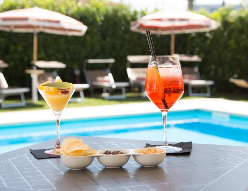 Gustati un drink a bordo piscina a Parma